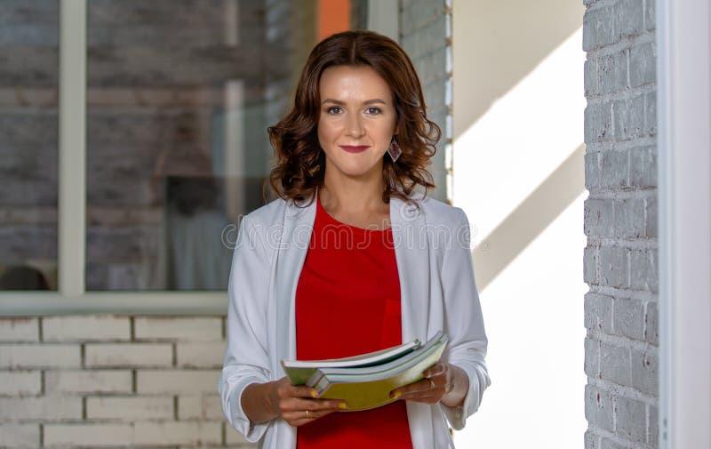 Retrato de uma mulher de negócio bonita no escritório fotos de stock