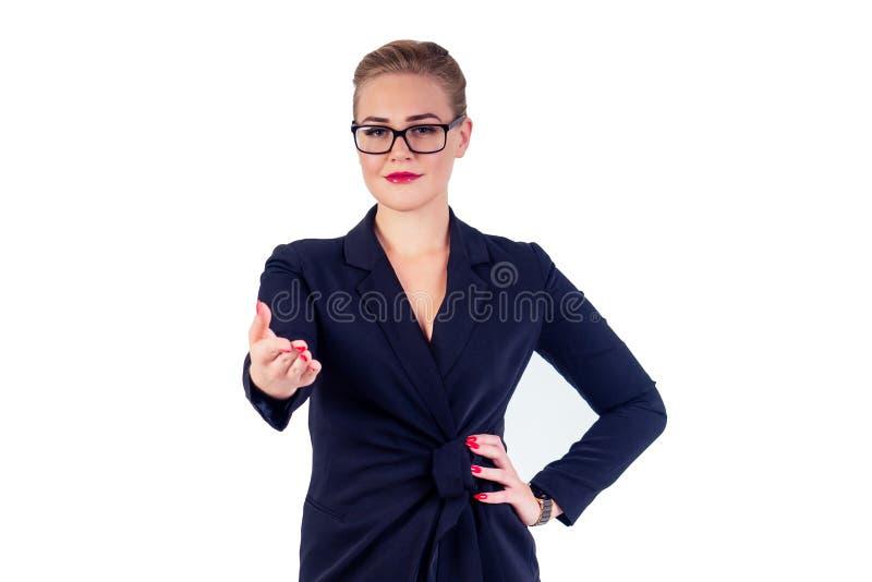 Retrato de uma mulher de negócios bem sucedida óculos de cabelos loiros, perfeito, lábios vermelhos em terno preto estiloso dá a  foto de stock royalty free