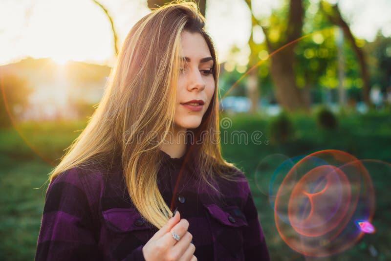 Retrato de uma mulher no sol foto de stock