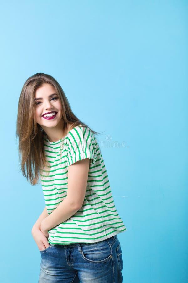 Retrato de uma mulher nova à moda imagens de stock royalty free