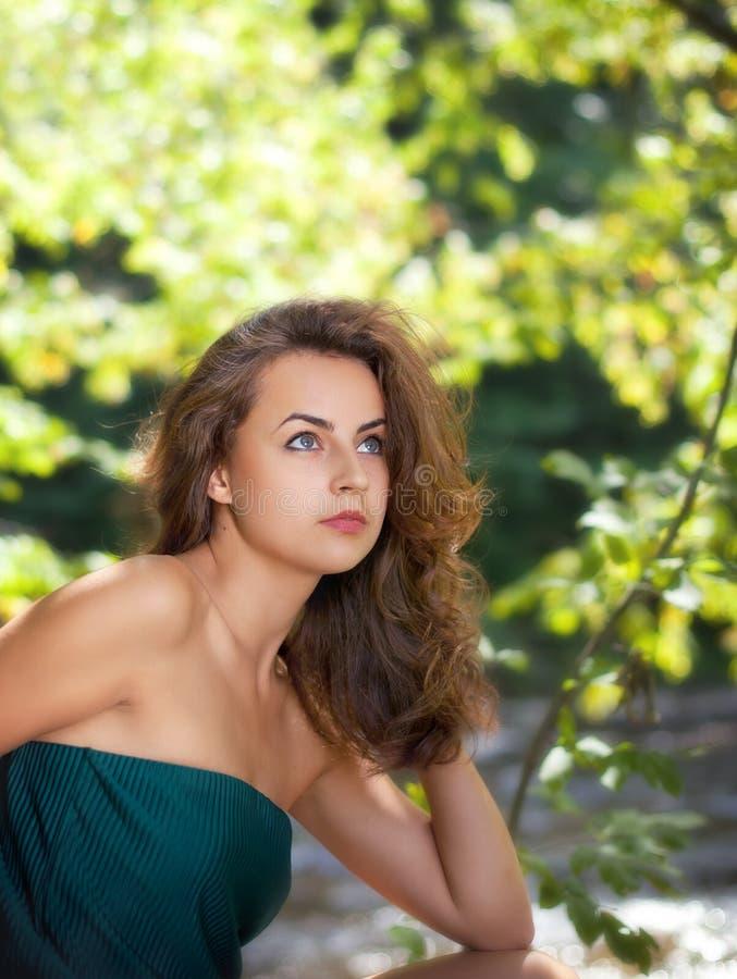 Retrato de uma mulher nova imagens de stock