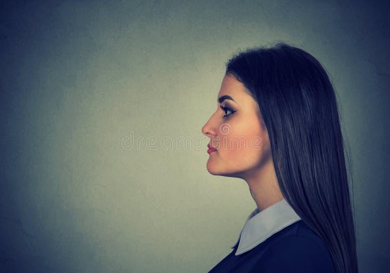 Retrato de uma mulher nova atrativa fotos de stock