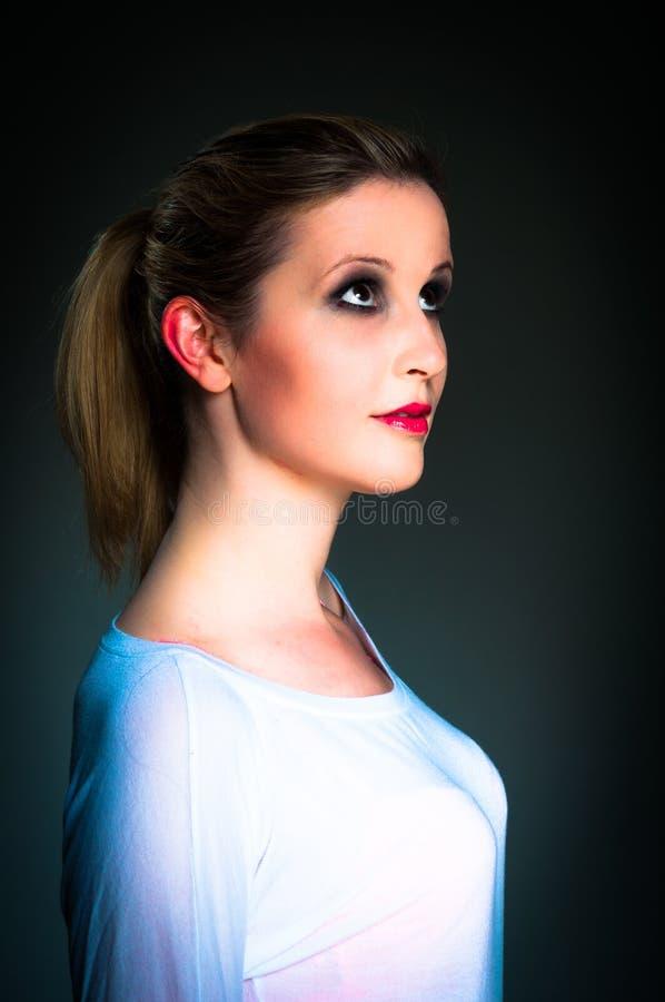 Retrato de uma mulher nova bonita imagem de stock