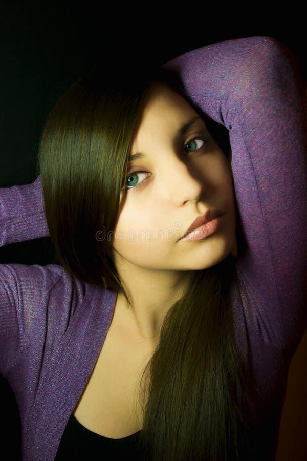 Retrato de uma mulher nova bonita foto de stock