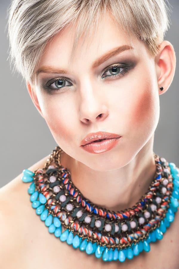 Retrato de uma mulher nova bonita foto de stock royalty free