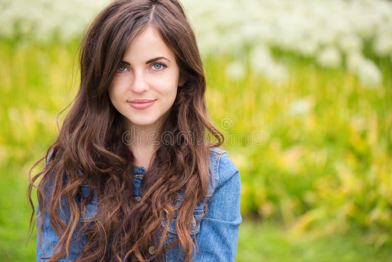 Retrato de uma mulher nova bonita ao ar livre imagens de stock