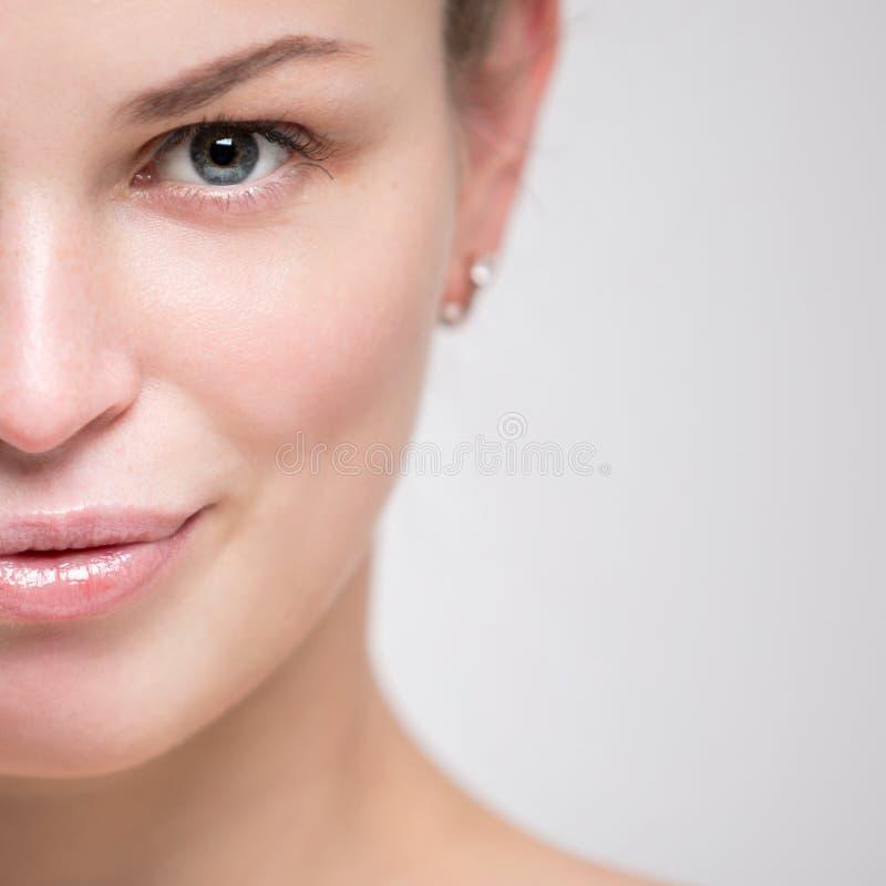 Retrato de uma mulher nova bonita Close up fêmea da cara fotos de stock