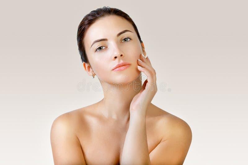 Retrato de uma mulher nova bonita Cuidado facial fotos de stock royalty free