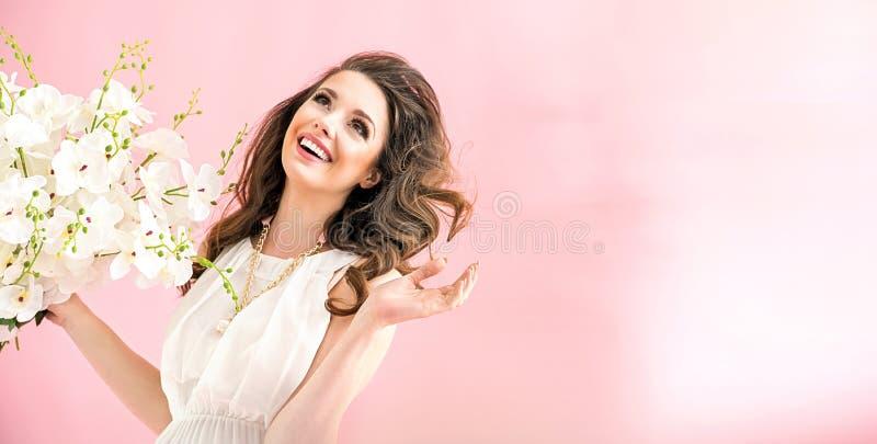 Retrato de uma mulher nova charming fotografia de stock