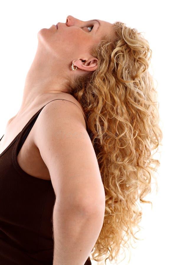 Retrato de uma mulher nova com cabelo curly louro longo fotografia de stock royalty free