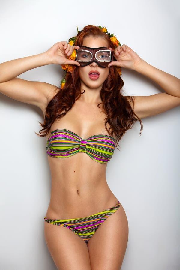 Retrato de uma mulher nova em óculos de proteção da natação imagens de stock royalty free