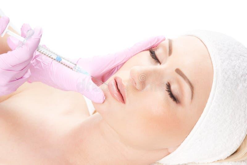 Retrato de uma mulher nova em um procedimento do botox imagem de stock royalty free