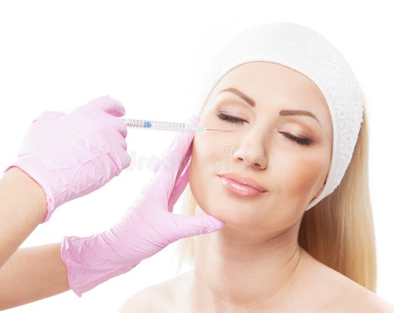 Retrato de uma mulher nova em um procedimento do botox imagem de stock