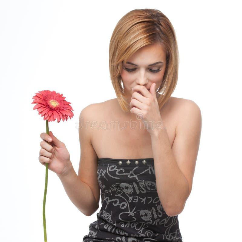 Retrato de uma mulher nova que sneezing fotos de stock royalty free