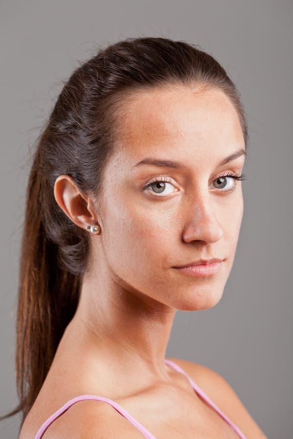 Retrato de uma mulher nova séria imagens de stock royalty free