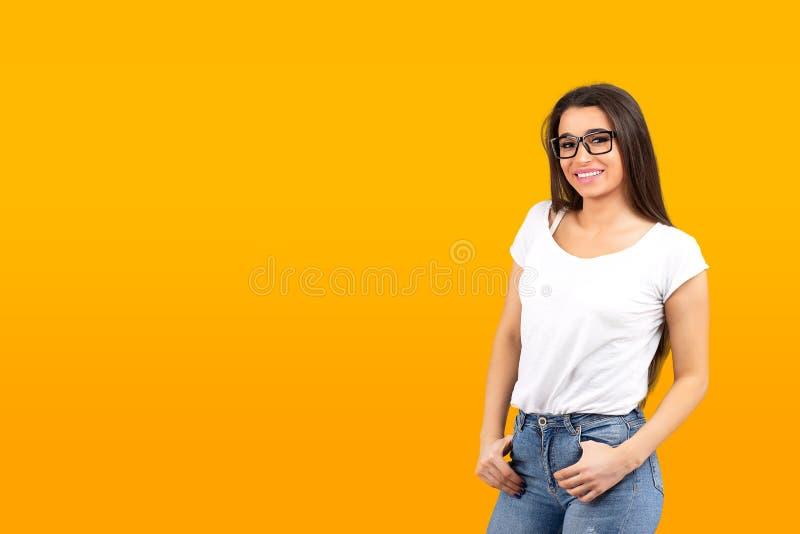 Retrato de uma mulher nova de sorriso imagens de stock royalty free
