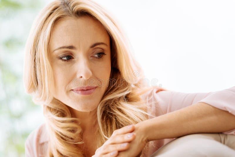 Retrato de uma mulher pensativa bonita fotografia de stock