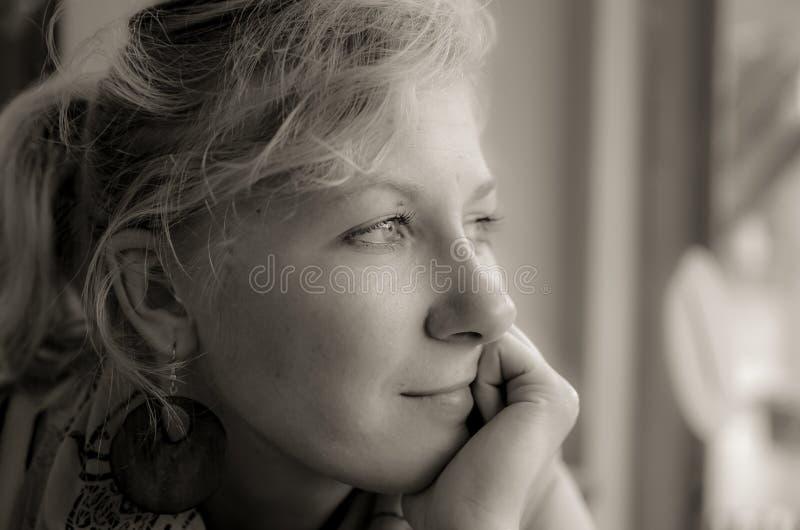 Retrato de uma mulher pensativa no preto e no whote foto de stock royalty free