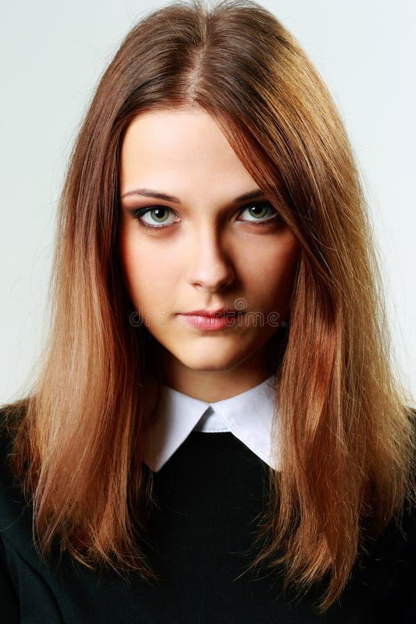Retrato de uma mulher pensativa nova imagem de stock