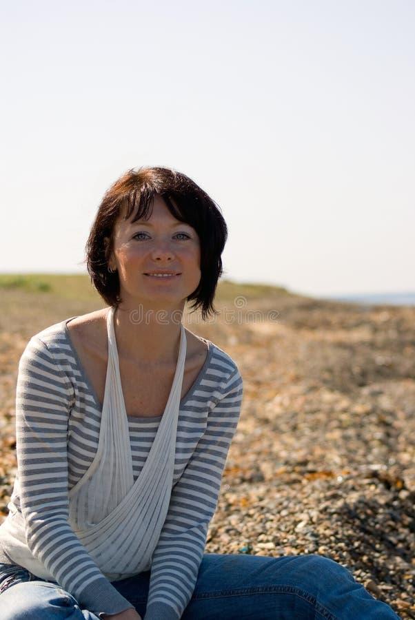 Retrato de uma mulher perto do mar imagens de stock