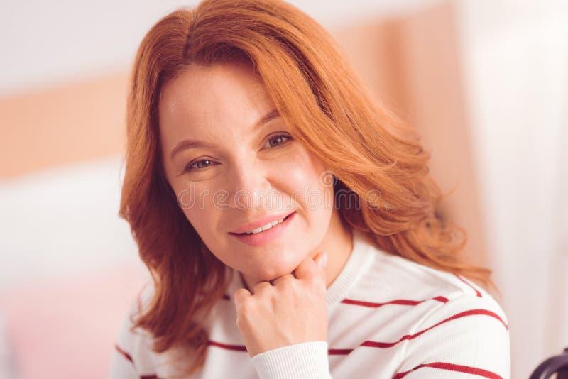 Retrato de uma mulher positiva que expressa a felicidade fotografia de stock royalty free