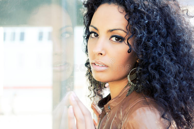 Retrato de uma mulher preta nova, modelo da forma imagem de stock royalty free