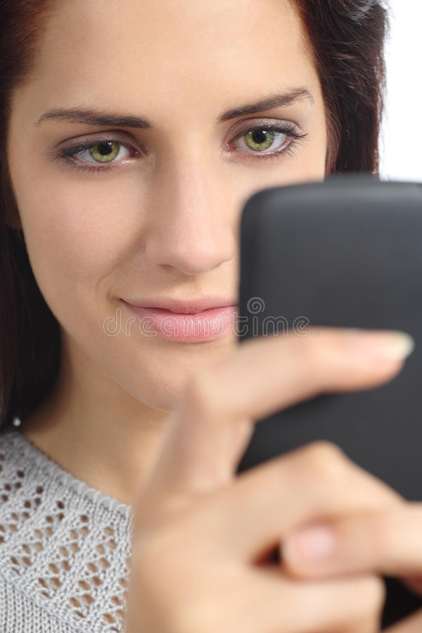 Retrato de uma mulher que consulta seu telefone esperto foto de stock royalty free