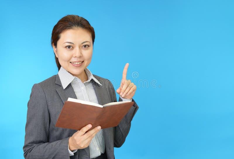 Retrato de uma mulher que faz uma apresentação imagem de stock royalty free