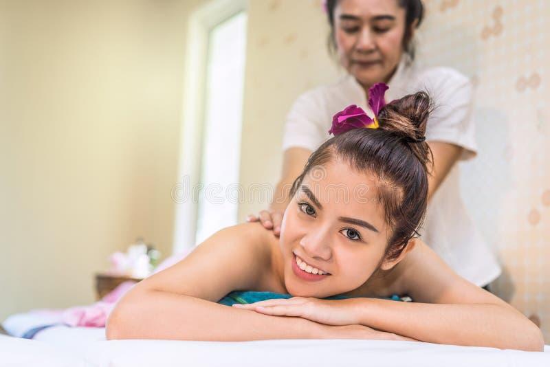 Retrato de uma mulher que recebe a massagem tailandesa na cama fotos de stock royalty free