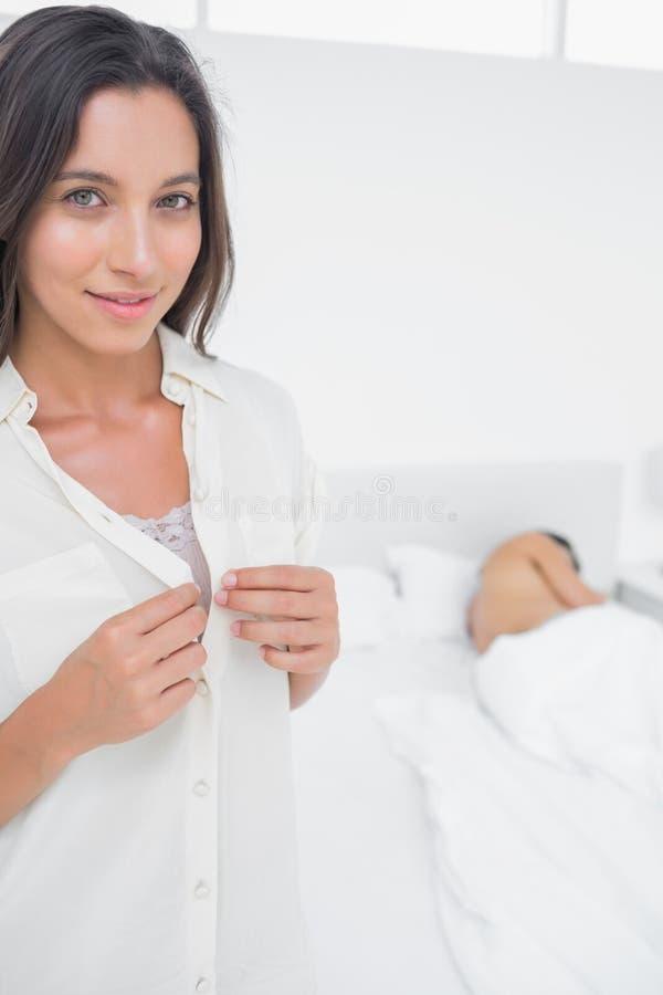 Retrato de uma mulher que sneaking fora da cama imagem de stock