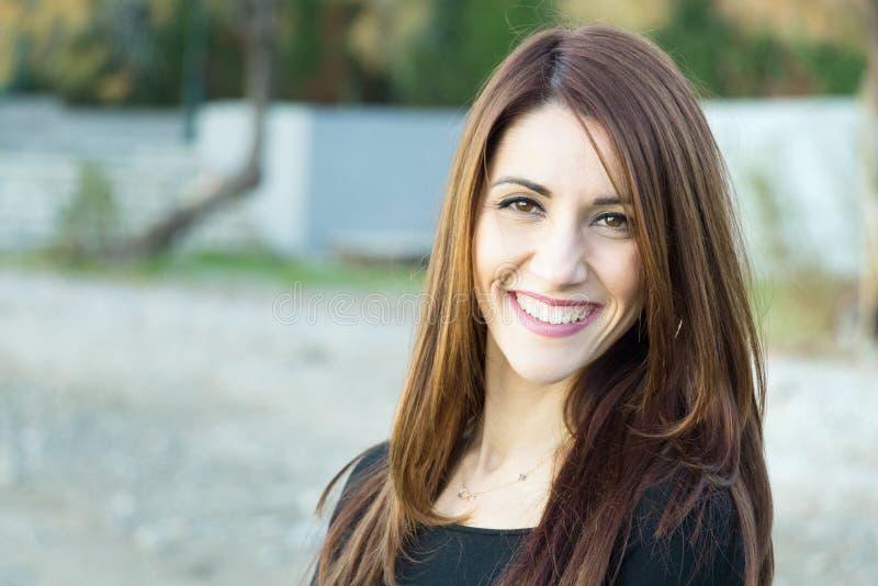 Retrato de uma mulher que sorri ao ar livre imagem de stock