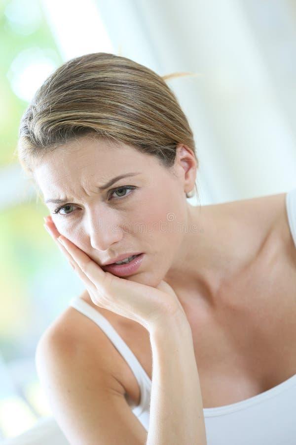 Retrato de uma mulher que tem uma dor de dente fotografia de stock royalty free