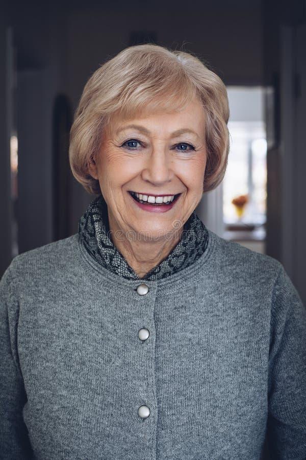 Retrato de uma mulher sênior imagens de stock royalty free