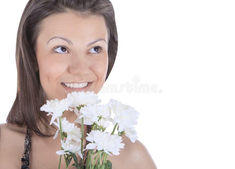 Retrato de uma mulher 'sexy' nova com uma flor branca foto de stock