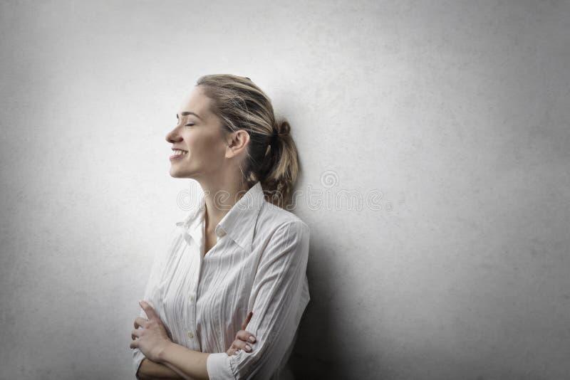 Retrato de uma mulher de sorriso foto de stock