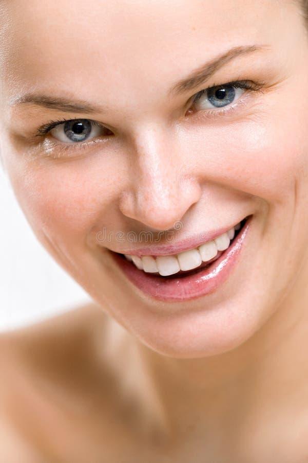 Retrato de uma mulher de sorriso bonita em um fundo claro fotos de stock royalty free
