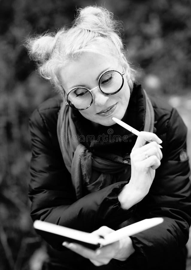 Retrato de uma mulher de sorriso bonita nova loura fotos de stock