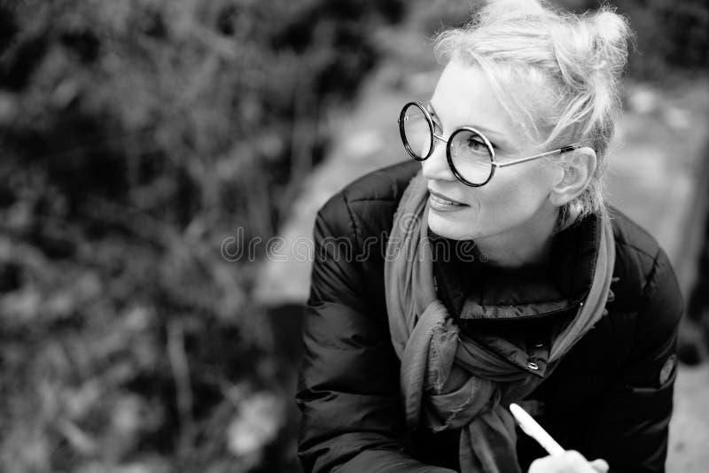 Retrato de uma mulher de sorriso bonita nova loura imagem de stock