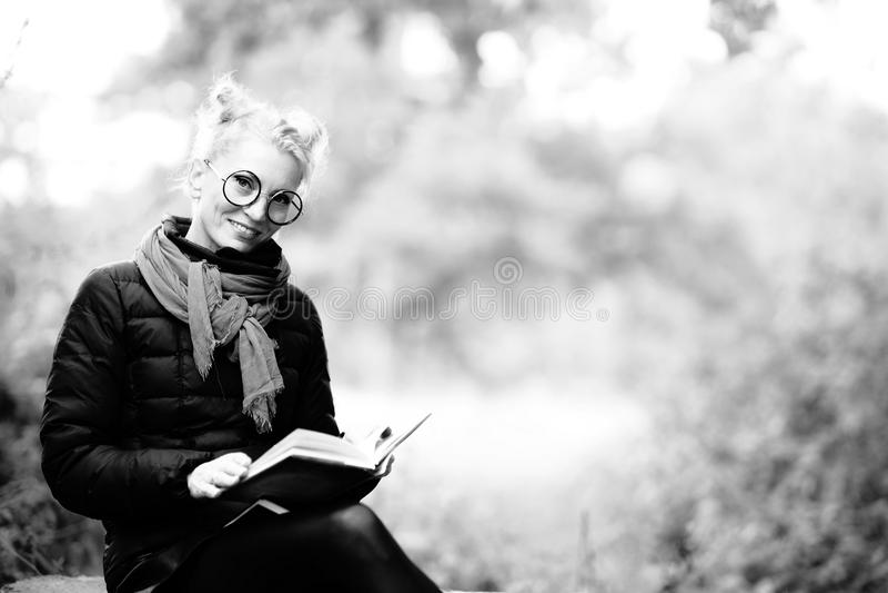Retrato de uma mulher de sorriso bonita nova loura fotografia de stock