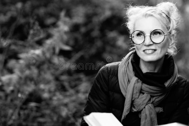 Retrato de uma mulher de sorriso bonita nova loura imagem de stock royalty free