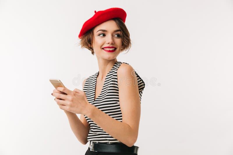 Retrato de uma mulher de sorriso que veste a boina vermelha foto de stock