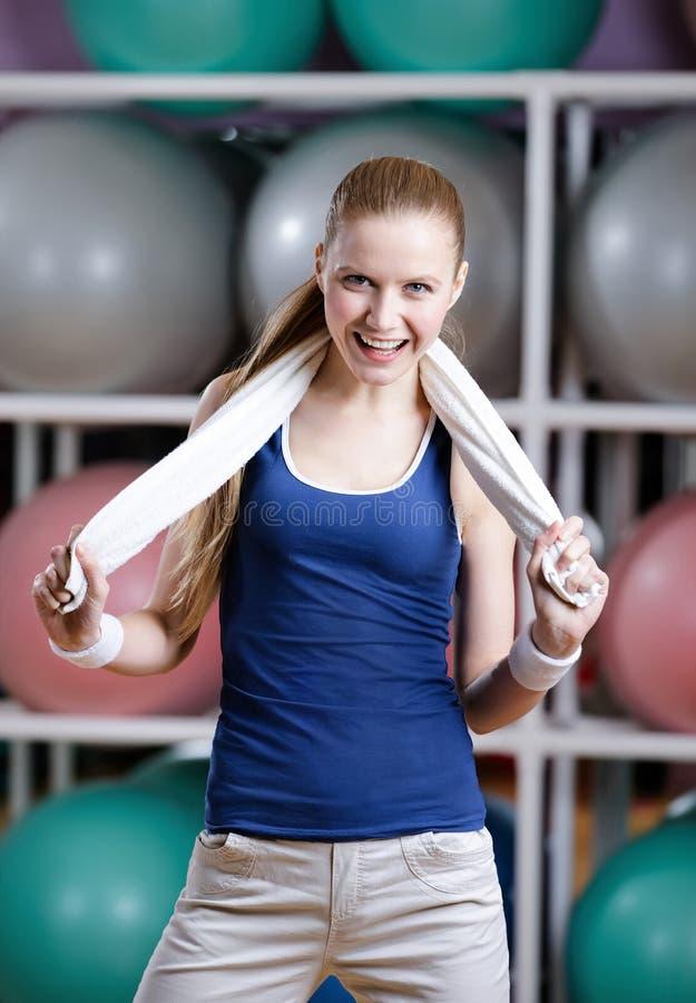 Retrato de uma mulher sportive com toalha imagem de stock