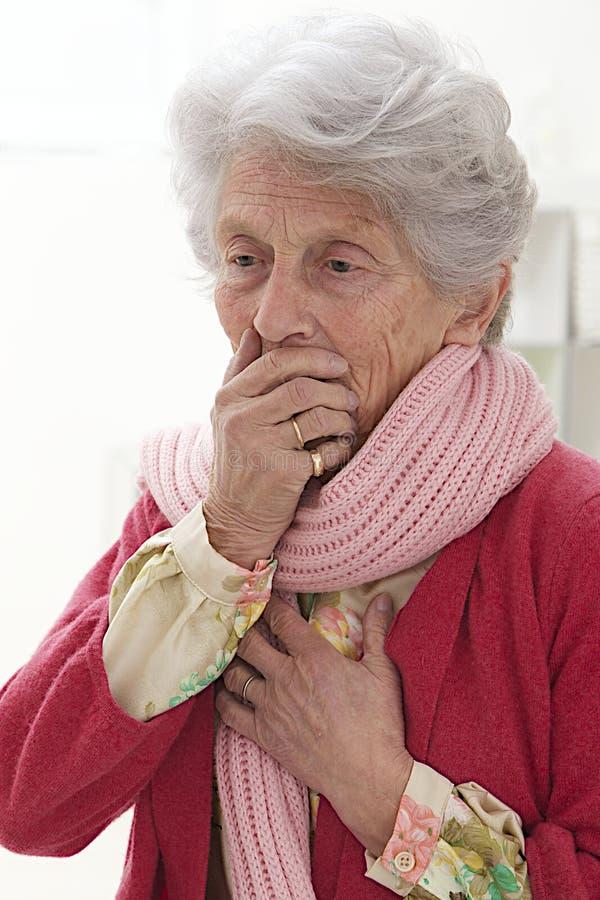 Retrato de uma mulher superior indisposta imagens de stock royalty free