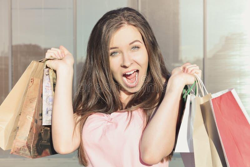 Retrato de uma mulher surpreendida atrativa após a compra foto de stock