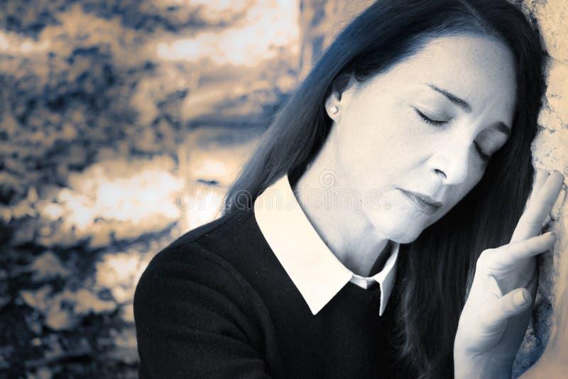 Retrato de uma mulher triste, comprimido fora fotos de stock