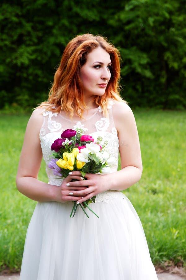 Retrato de uma noiva bonita com um ramalhete fotos de stock