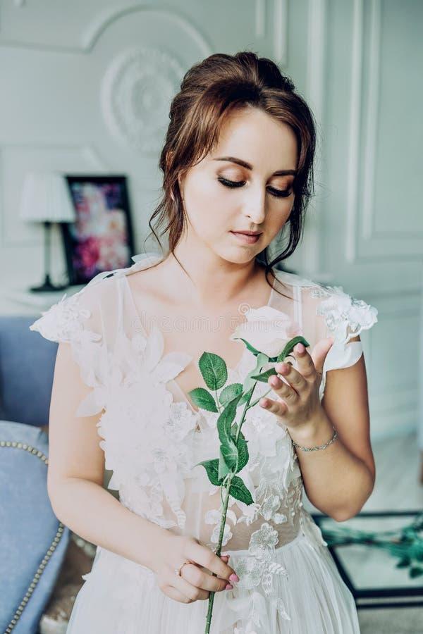 Retrato de uma noiva bonita em um négligé branco fotos de stock royalty free