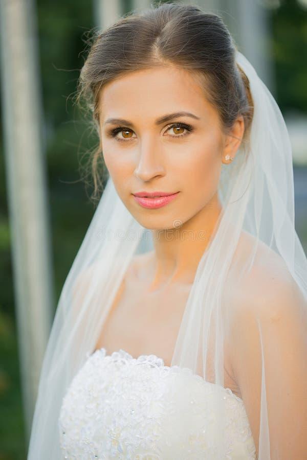 Retrato de uma noiva bonita no parque imagens de stock
