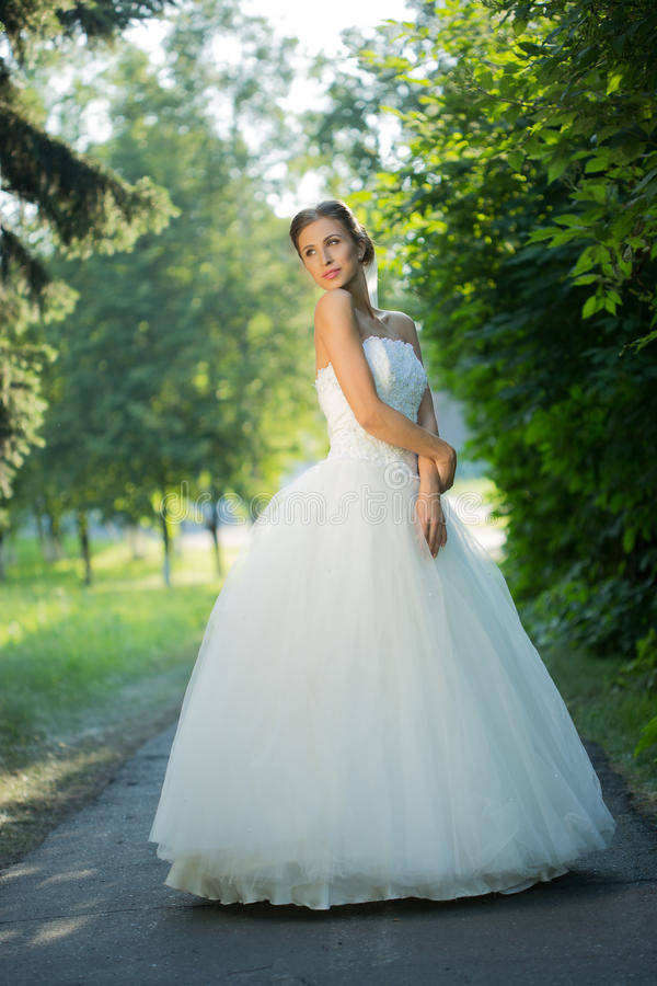 Retrato de uma noiva bonita no parque fotos de stock