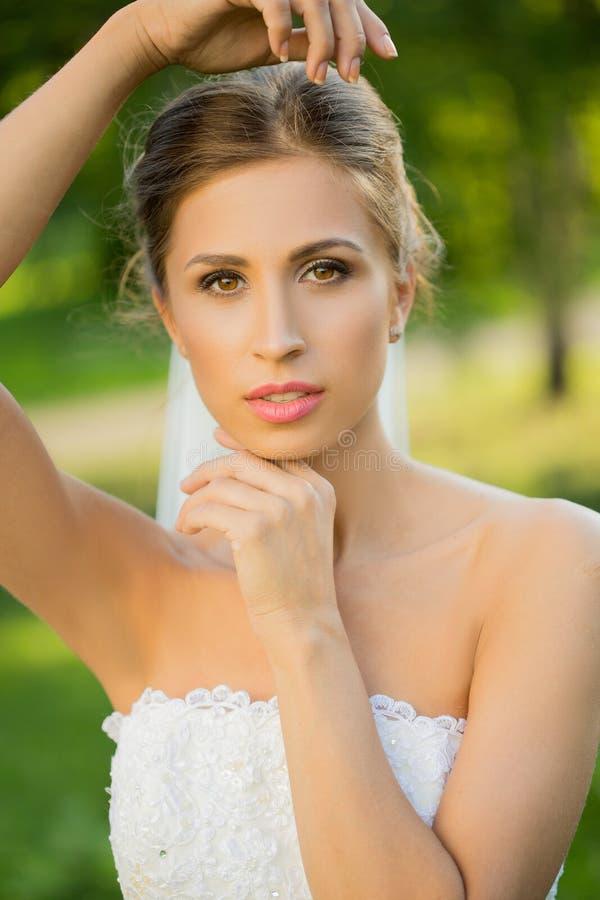 Retrato de uma noiva bonita no parque fotografia de stock
